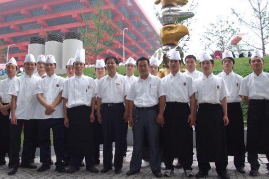 2010年上海世博会,山东蓝翔烹饪专业100名学生参加餐饮服务