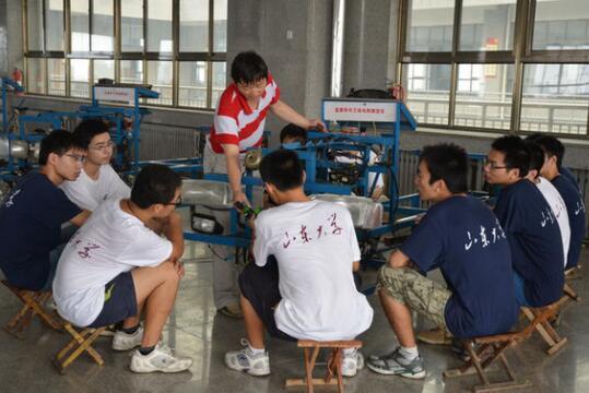 """山东大学机械学院各年级学生赴蓝翔技校参加""""岗位体验,专业素质拓展""""活动。"""