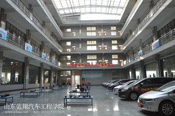 蓝翔汽修学校的实习车间